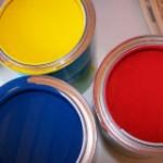 Farbtöpfe mit Rot, Blau und Gelb